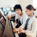 Como tocar piano com as duas mãos?