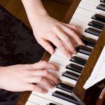 Como tocar piano melhora a sua vida? Veja as vantagens!