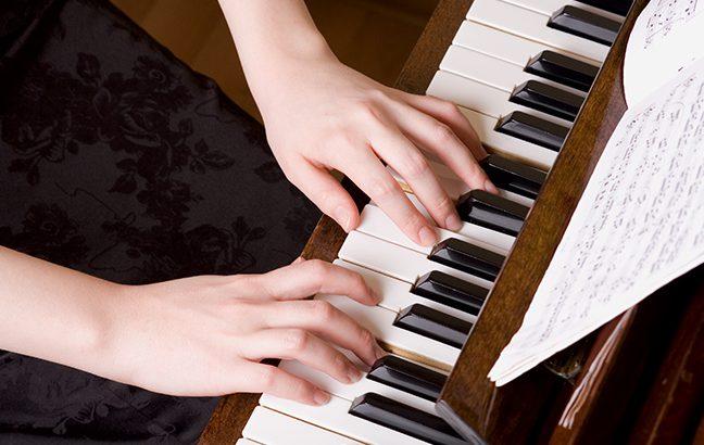 Como tocar piano melhora sua vida?