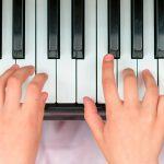 Como tocar acordes no piano popular? (voicings)