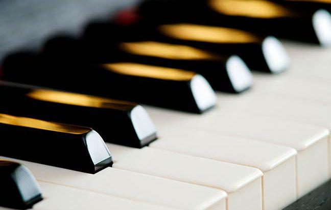 Por que as teclas do piano são brancas e pretas?