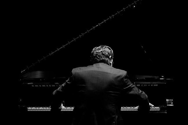 pianista tocando em foto preta e branca