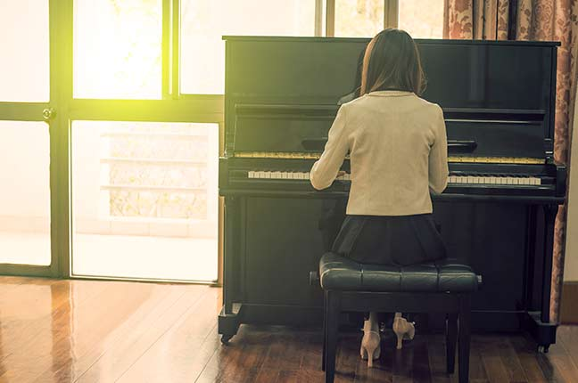 pianista tocando em uma sala