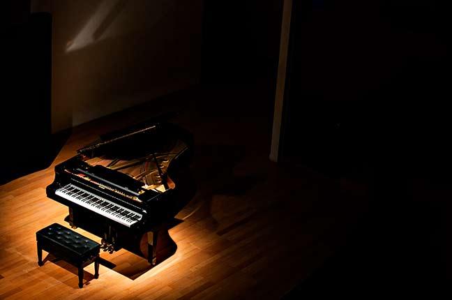 piano em um palco com iluminação