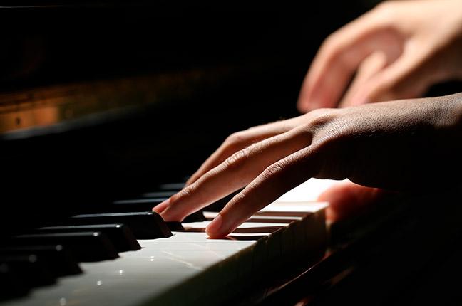 mão de um pianista tocando