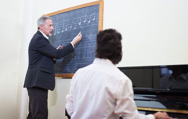 professor ensinando música