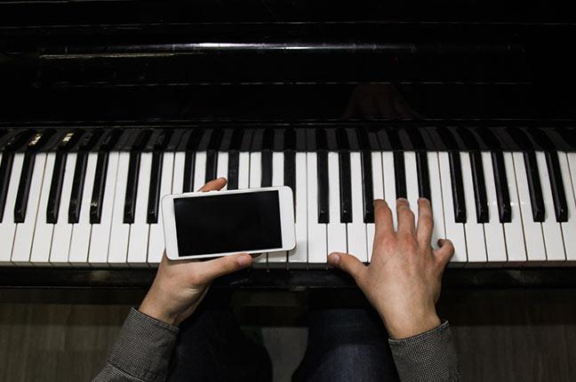 tocar piano com a ajuda do celular