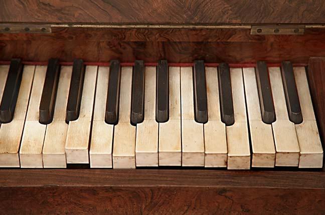teclas de um piano antigo e sujo