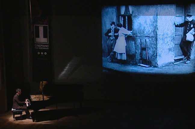 pianista fazendo trilha sonora de filme mudo