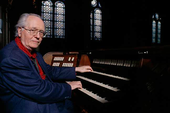 Olivier Messiaen tocando órgão