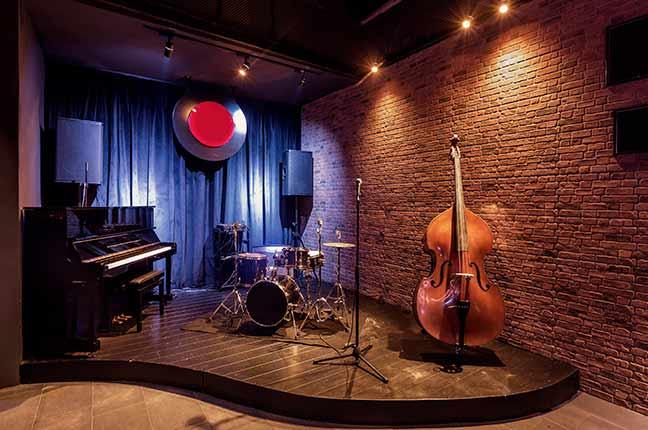 palco de show com instrumentos musicais