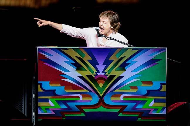 Paul McCartney com seu piano personalizado no show