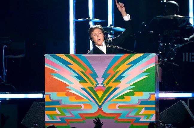 Paul McCartney em show tocando seu piano personalizado