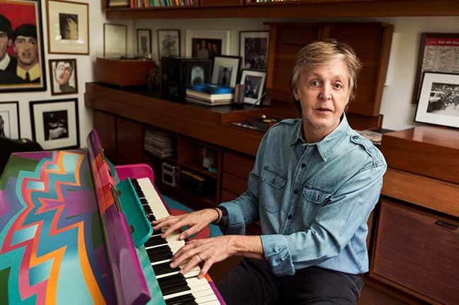 Paul McCartney tocando seu piano personalizado