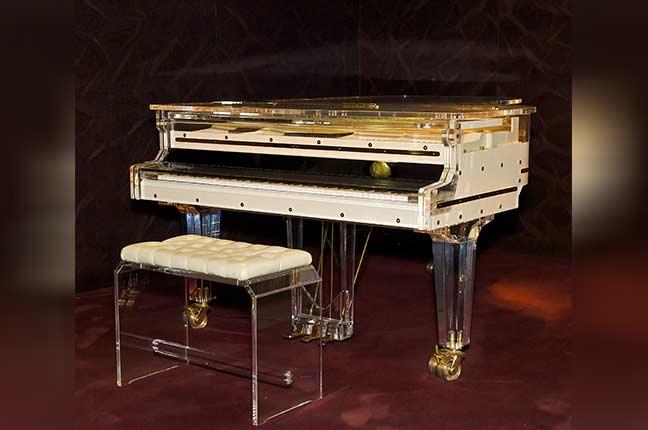 piano branco com caixa transparente
