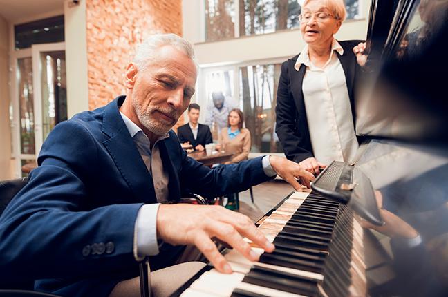 homem idoso retomando estudo de piano