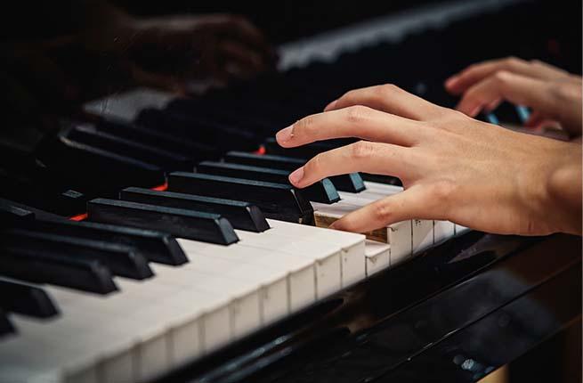 tocar piano com igualdade entre os dedos